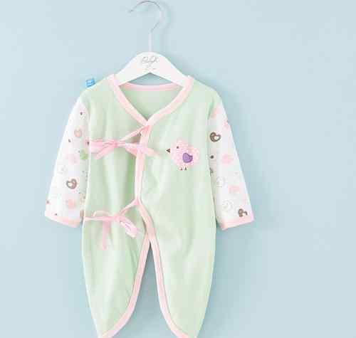 婴儿穿连体服的危害 一岁内的孩子穿连体衣还是分体衣?三个不同阶段不同需求,别穿错