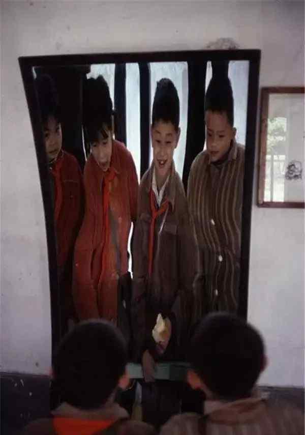 长城下面的死人图片 80年代旧照,小女孩照哈哈镜吓哭,枪毙后武警撤离留下两尸体